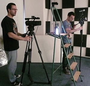 Producent Marek Dobeš a kameraman Daniel Momany ve filmovém studiu.